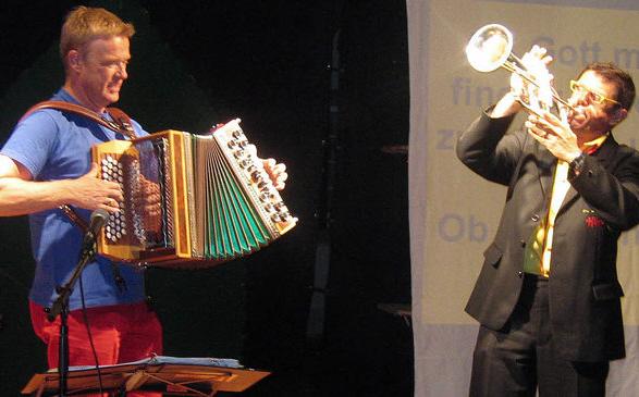 Ein begeisterndes Feuerwerk mit Musik und Witzen in alemannischem und schwäbischem Dialekt zündeten Helmut Dold und Wulf Wager im Weinstetter Hof. Foto: Ingeborg Grziwa
